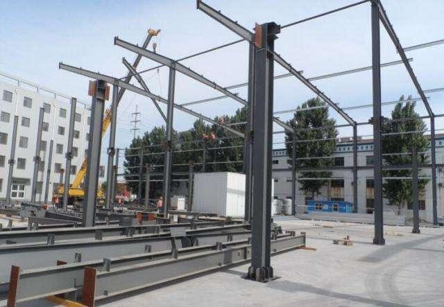 五、北京钢结构承重检测鉴定单位北京钢结构承重能力鉴定收费*新闻 钢构件进场检验 钢构件进入施工现场后,应检查构件的规格、型号、数量,并对运输过程中产生的变形进行检查与校正,确保构件的质量,同时向监理单位报验。 1、钢柱检验 (1)钢尺检查柱子总长度。 (2)用钢尺检查柱底至牛腿面长度。 (3)检查柱底与基础锚栓,牛腿面与吊车梁、柱与屋架、柱与柱间支之间联接孔位置、孔径和孔距。 (4)用钢角尺检查柱底平面、柱顶平面、牛腿平面的平整度。 (5)拉麻线(或钢丝)检查柱子挠度。 2、刚梁检验 (1)用钢尺检查刚