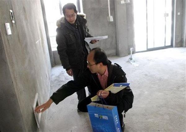 二、重型工业厂房安全检测鉴定哪家出具报告权威——无论楼板执行哪个标准,一级楼板均不允许出现裂缝。 按照《混凝土力学性能试验方法》(GB/T 50081-2008)和《混凝土结构工程施工质量验收方法》(GB 50204-2002)及产品标准之规定,楼板主要检验外观质量、尺寸偏差、混凝土强度、挠度、承载力和抗裂6项指标,而不需用检测裂缝宽度。 外观质量:主控项目不应有露筋、孔洞和裂缝等严重缺陷,还应在明显部位标明生产单位、规格型号、生产日期和质量验收标志。 尺寸偏差:几何尺寸中高度(