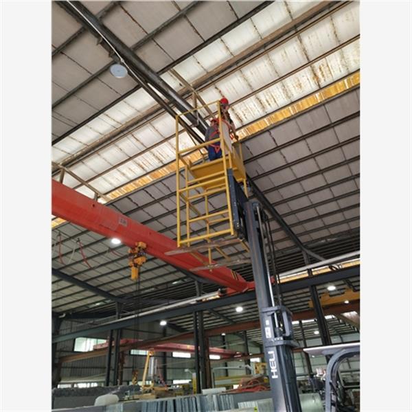 钢结构厂房的整体结构是采用钢结构,钢结构的安装速度快切坚固耐用,钢