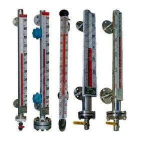 酒精储罐专用液位计也称为磁翻板液位计,它的结构主要基于浮力和磁力原理设计而生产的。是本厂引进、吸收国外同类产品、并加以吸收、消化、提高、按原化学工业部颁布的磁性液位计标准HG/T21584-95三制生产的产品。可用于干塔、罐、槽、球形容器和锅炉等设备的介质液位检测。该系列磁性液位计可以做到高密封、防泄漏适应于高压、高温、腐蚀性介质的液位测量,使用可靠,安全性好,它弥补了玻璃板(管)液位指示不清晰,易破碎的不足,不受高、低温度剧弯的影响,不需多组液位计的组合。全过程测量无盲区,显示醒目,读数直观,测量范围大