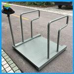 带一面斜坡的轮椅秤,方便轮椅称重的透析秤